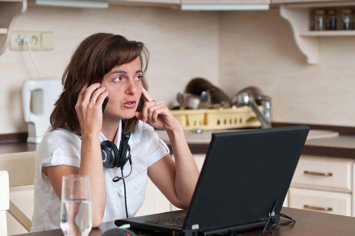 Mujer emprendedora trabajando desde casa
